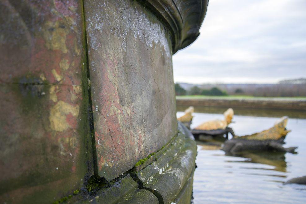 修復前のラトナの泉水の大理石