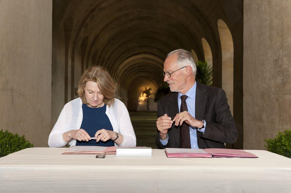 Catherine Pégard et Thierry Lombard lors de la signature de la convention de mécénat à l'Orangerie