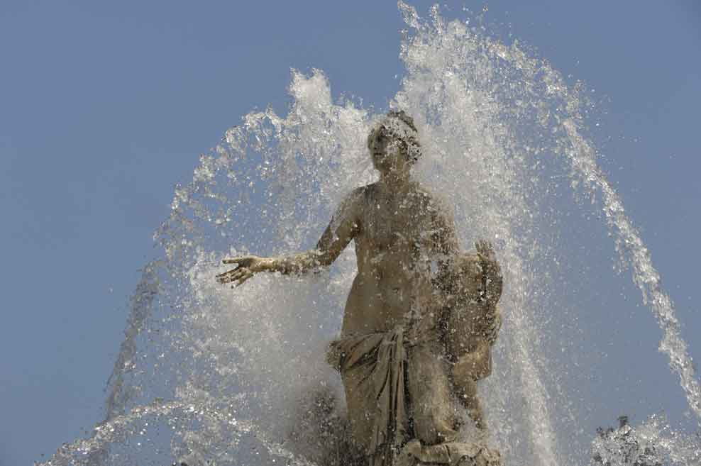 水を噴き上げるラトナの泉水