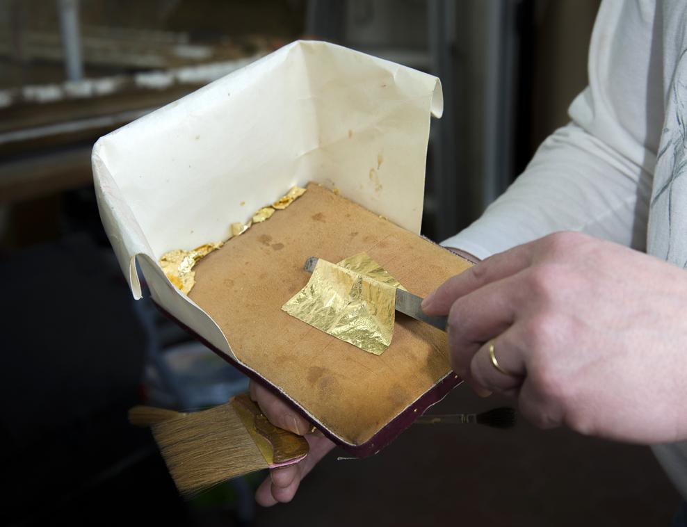 Manipulación de la hoja de oro con el cuchillo y el cojín