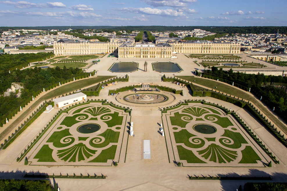 The restoration work live restoration of the latona parterre le bassin de latone for Jardin chateau de versailles