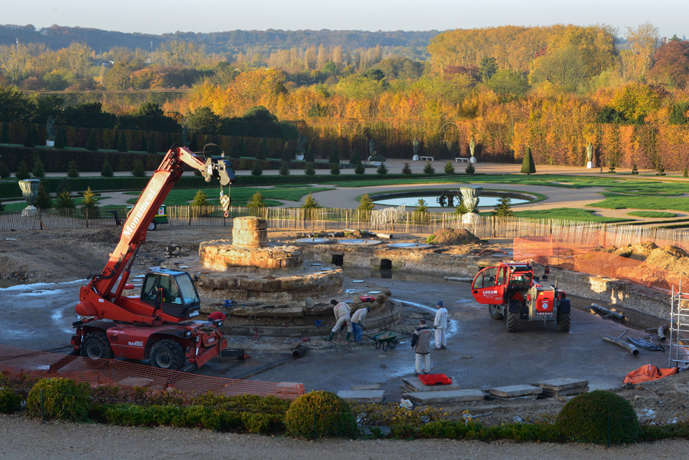 Masons are removing the Latona fountain