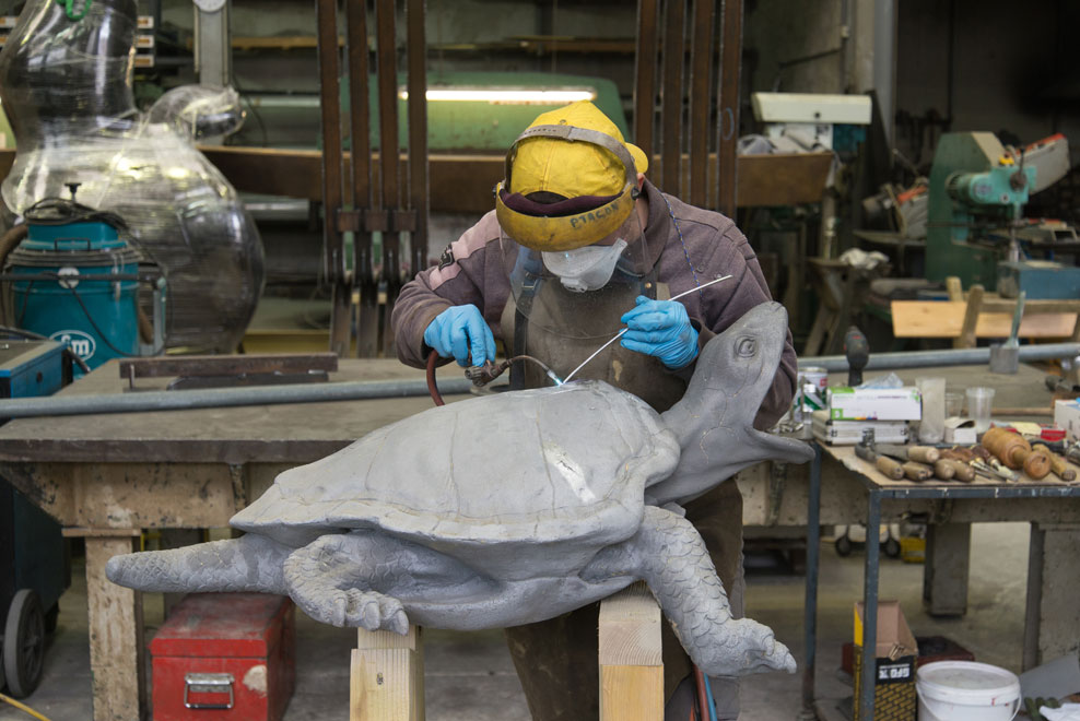 Welding a damaged part of a turtle