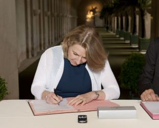 メセナの合意書に署名するカトリーヌ・ペガール