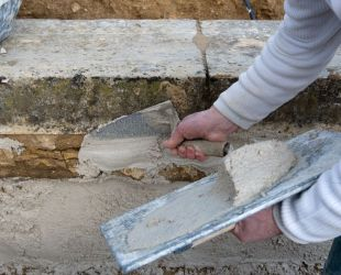 作業中の石工