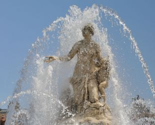 The Latona fountain in action