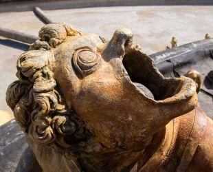 Detalles de las esculturas de plomo