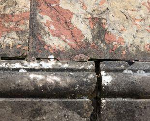 修復前の泉水の大理石