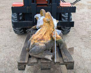 修復のためアトリエに運ばれる像