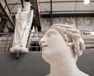 ラトナの泉水の集合像修復の様子