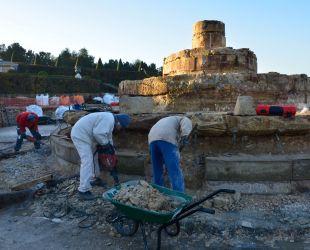 Desmontaje del estanque: los albañiles trabajando