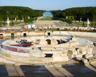 The Latona Fountain: the restoration work continues