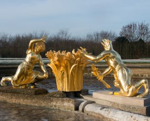 Mise en place des sculptures restaurées du parterre de Latone