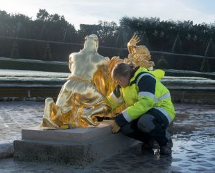 Repositioning the restored sculptures of the Latona Parterre