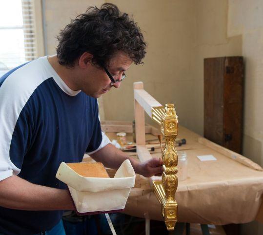 折りたたみテーブルの上の金メッキ工