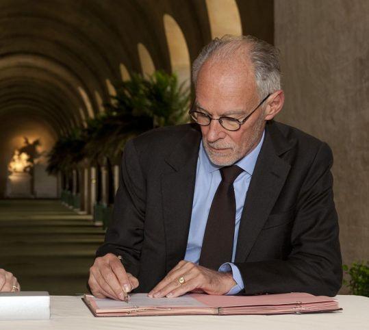 メセナの合意書に署名するティエリー・ロンバール氏