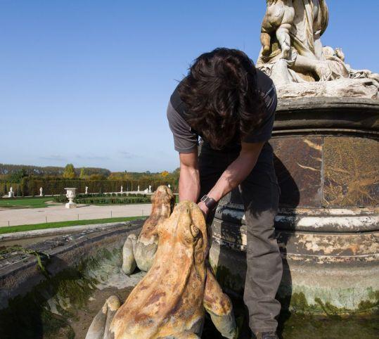 ラトナの泉水で作業する噴水工
