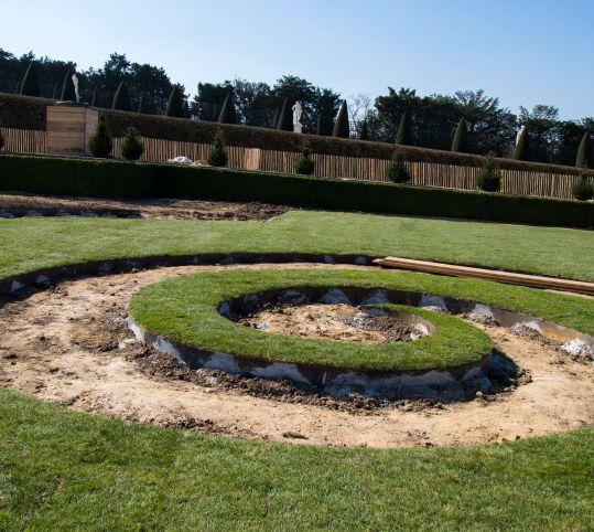芝植えが進む渦巻装飾