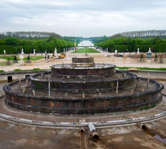 彫刻が撤去されたラトナの泉水
