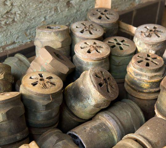 ラトナの泉水の古い放水管