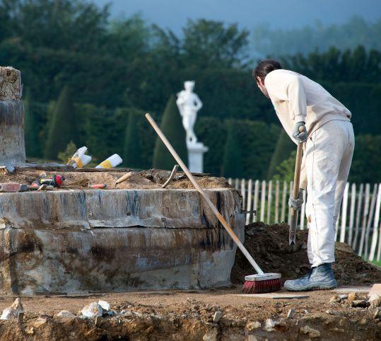 泉水の石材の清掃