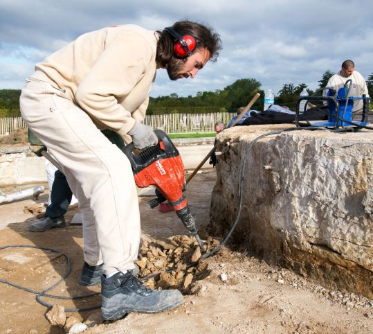 作業中の石職人