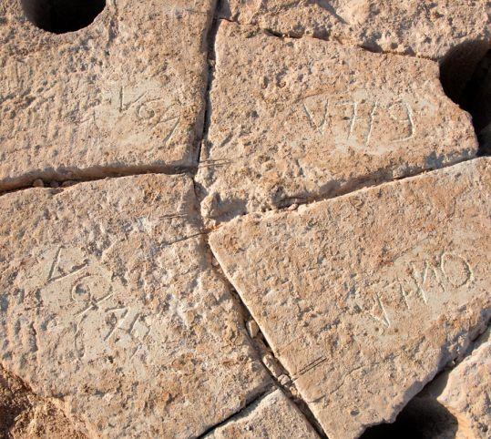 Les pierres de la voute sont numérotées avant d'être enlevées.