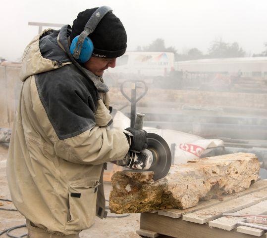 Découpe des pierres meulières