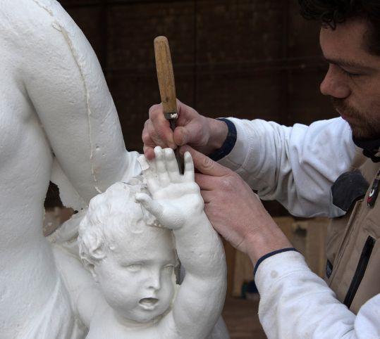 Travail de sculpture sur le moulage
